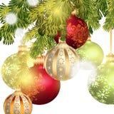 Μπιχλιμπίδια Χριστουγέννων που απομονώνονται στον κλάδο χριστουγεννιάτικων δέντρων Στοκ Εικόνες
