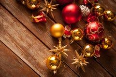 Μπιχλιμπίδια Χριστουγέννων σε έναν ξύλινο πίνακα Στοκ φωτογραφία με δικαίωμα ελεύθερης χρήσης