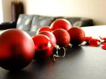 Μπιχλιμπίδια Χριστουγέννων στον πίνακα Στοκ φωτογραφία με δικαίωμα ελεύθερης χρήσης