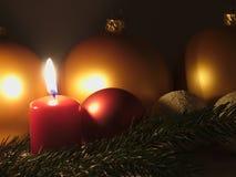 Μπιχλιμπίδι του χριστουγεννιάτικου δέντρου και των κεριών Στοκ εικόνες με δικαίωμα ελεύθερης χρήσης