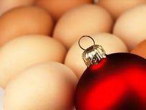 Μπιχλιμπίδι χριστουγεννιάτικων δέντρων και αυγά Πάσχας Στοκ εικόνες με δικαίωμα ελεύθερης χρήσης