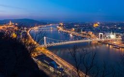 Μπλε άποψη ώρας πέρα από τον ποταμό Δούναβη με τη γέφυρα της Margaret και τη γέφυρα αλυσίδων στη Βουδαπέστη, Ουγγαρία στοκ εικόνες