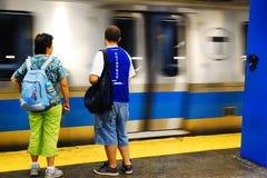 Μπλε άφιξη τραίνων γραμμών Στοκ φωτογραφία με δικαίωμα ελεύθερης χρήσης