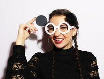 μπλε έξυπνη γυναίκα μόδας προσώπου έννοιας ομορφιάς makeup Έκπληκτο ομορφιά πρότυπο κορίτσι μόδας που φορά τα μεγάλα γυαλιά ηλίου Στοκ Εικόνα