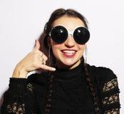 μπλε έξυπνη γυναίκα μόδας προσώπου έννοιας ομορφιάς makeup Έκπληκτο ομορφιά πρότυπο κορίτσι μόδας που φορά τα μεγάλα γυαλιά ηλίου Στοκ Φωτογραφία