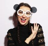 μπλε έξυπνη γυναίκα μόδας προσώπου έννοιας ομορφιάς makeup Έκπληκτο ομορφιά πρότυπο κορίτσι μόδας που φορά τα μεγάλα γυαλιά ηλίου Στοκ φωτογραφίες με δικαίωμα ελεύθερης χρήσης