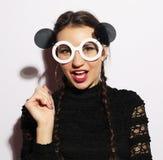 μπλε έξυπνη γυναίκα μόδας προσώπου έννοιας ομορφιάς makeup Έκπληκτο ομορφιά πρότυπο κορίτσι μόδας που φορά τα μεγάλα γυαλιά ηλίου Στοκ Φωτογραφίες