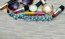 μπλε έξυπνη γυναίκα μόδας προσώπου έννοιας ομορφιάς makeup Καλλυντικά προϊόντα που ρέουν από την τσάντα Makeup στο PA Στοκ Εικόνα