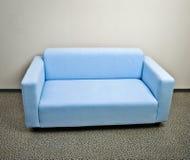 Μπλε έπιπλα καναπέδων στοκ εικόνες