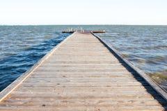 μπλε ήλιος θάλασσας αποβαθρών ξύλινος στοκ εικόνες