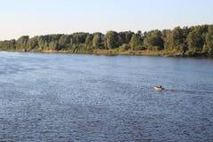 Μπλε ήρεμος ποταμός το καλοκαίρι Στοκ φωτογραφία με δικαίωμα ελεύθερης χρήσης