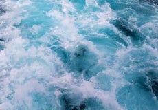 Μπλε ίχνος σκαφών νερού με το foamy κύμα Τροπικό ταξίδι πορθμείων νησιών Στοκ εικόνες με δικαίωμα ελεύθερης χρήσης