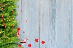 Μπλε αγροτικό υπόβαθρο Χριστουγέννων με τους κλάδους του FIR στοκ εικόνες