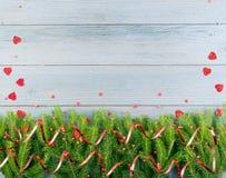 Μπλε αγροτικό υπόβαθρο Χριστουγέννων με τους κλάδους του FIR στοκ εικόνα με δικαίωμα ελεύθερης χρήσης