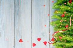 Μπλε αγροτικό υπόβαθρο Χριστουγέννων με τους κλάδους του FIR στοκ φωτογραφία με δικαίωμα ελεύθερης χρήσης