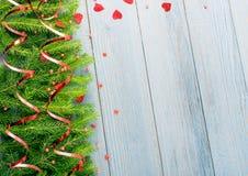 Μπλε αγροτικό υπόβαθρο Χριστουγέννων με τους κλάδους του FIR στοκ φωτογραφίες με δικαίωμα ελεύθερης χρήσης