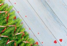 Μπλε αγροτικό υπόβαθρο Χριστουγέννων με τους κλάδους του FIR στοκ φωτογραφία