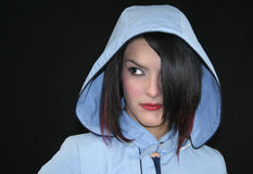 μπλε αδιάβροχο κοριτσιώ&n στοκ εικόνες