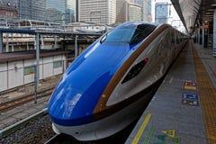 Μπλε αεροδυναμικό τραίνο στην πλατφόρμα στοκ εικόνα