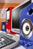 Μπλε ακουστικά συστήματα με τον κόκκινο υπολογιστή Στοκ Φωτογραφίες