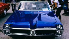 Μπλε αναδρομικά αυτοκίνητα Pontiac Bonneville 1967 του παλαιού δείγματος στοκ εικόνα