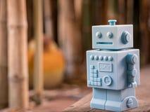 Μπλε αναδρομικά παιχνίδια ρομπότ και ξύλινο σχέδιο πατωμάτων στο φυσικό backgrou Στοκ φωτογραφία με δικαίωμα ελεύθερης χρήσης