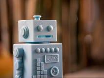 Μπλε αναδρομικά παιχνίδια ρομπότ και ξύλινο σχέδιο πατωμάτων στο φυσικό backgrou Στοκ εικόνα με δικαίωμα ελεύθερης χρήσης