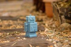 Μπλε αναδρομικά παιχνίδια ρομπότ στο φυσικό υπόβαθρο Στοκ φωτογραφία με δικαίωμα ελεύθερης χρήσης