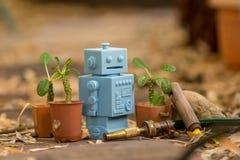 Μπλε αναδρομικά παιχνίδια ρομπότ στο φυσικό υπόβαθρο Στοκ Εικόνα