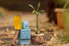 Μπλε αναδρομικά παιχνίδια ρομπότ στο φυσικό υπόβαθρο Στοκ Φωτογραφία