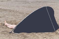 Μπλε ανεμοφράκτης που στέκεται στην παραλία στοκ φωτογραφίες με δικαίωμα ελεύθερης χρήσης