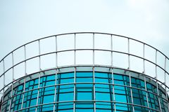 Μπλε αντανακλαστικός τοίχος κτιρίου γραφείων μινιμαλισμού στο κατώτατο σημείο και το νεφελώδη ουρανό στοκ εικόνες