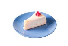 μπλε απομονωμένο cheesecake λευ&kap Στοκ Φωτογραφίες