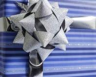 μπλε ασήμι κορδελλών δώρ&omega Στοκ φωτογραφία με δικαίωμα ελεύθερης χρήσης