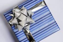 μπλε ασήμι κορδελλών δώρ&omega Στοκ Εικόνες