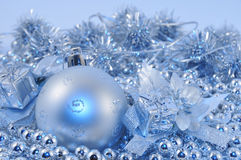 μπλε ασήμι σφαιρών 2 ανασκόπ&et Στοκ φωτογραφία με δικαίωμα ελεύθερης χρήσης