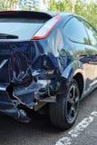 Μπλε αυτοκίνητο με μια σπασμένη οπίσθια κουκούλα στοκ εικόνα με δικαίωμα ελεύθερης χρήσης