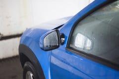 Μπλε αυτοκίνητο που πλένεται πρόσφατα Στοκ εικόνα με δικαίωμα ελεύθερης χρήσης