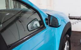 Μπλε αυτοκίνητο που πλένεται πρόσφατα Στοκ φωτογραφία με δικαίωμα ελεύθερης χρήσης