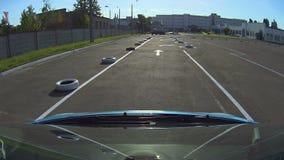 Μπλε αυτοκίνητο autodrome ασφάλτου με τα οδικά σημάδια που οδηγούν το διαγωνισμό, κανόνες κυκλοφορίας φιλμ μικρού μήκους