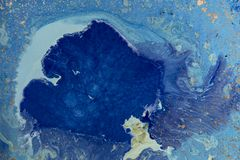 Μπλε αφηρημένο υπόβαθρο με τα χρυσά τσέκια Υγρό μαρμάρινο σχέδιο μελανιού Στοκ φωτογραφία με δικαίωμα ελεύθερης χρήσης
