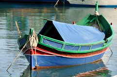 μπλε βάρκα που αλιεύει τ&e Στοκ Φωτογραφία
