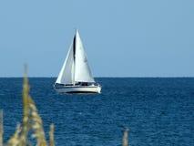 μπλε βάρκα σαφής Στοκ Φωτογραφίες