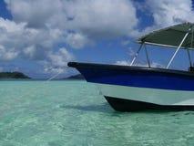 Μπλε βάρκα σε Bora Bora στοκ φωτογραφία