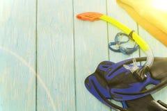 Μπλε βατραχοπέδιλα και γυαλιά στο ανοικτό μπλε υπόβαθρο στοκ εικόνα