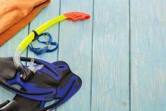 Μπλε βατραχοπέδιλα και γυαλιά στο ανοικτό μπλε υπόβαθρο στοκ φωτογραφίες