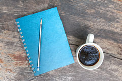 Μπλε βιβλίο σημειώσεων με το φλυτζάνι καφέ Στοκ Φωτογραφία