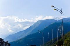 Μπλε βουνά Καύκασου με τα φω'τα καλωδίων πόλων Στοκ εικόνα με δικαίωμα ελεύθερης χρήσης