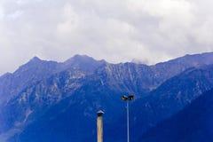Μπλε βουνά Καύκασου με τα φω'τα καλωδίων πόλων Στοκ Εικόνες