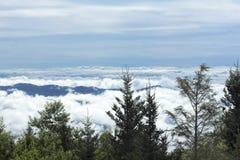 Μπλε βουνά κορυφογραμμών στα σύννεφα στο φυσώντας βράχο Στοκ Φωτογραφία